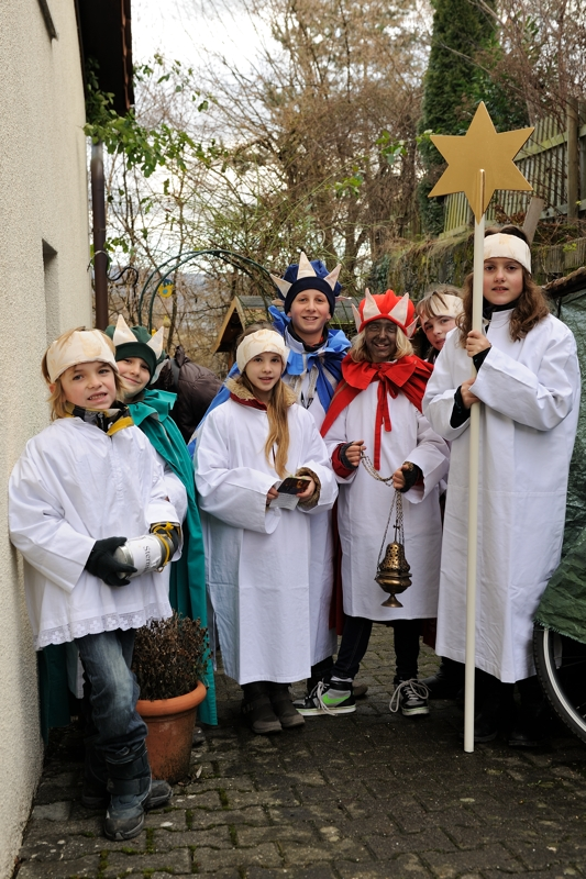 sterzingers die zegen brengen van huis tot huis - starsingers bringing a blessing from house to house